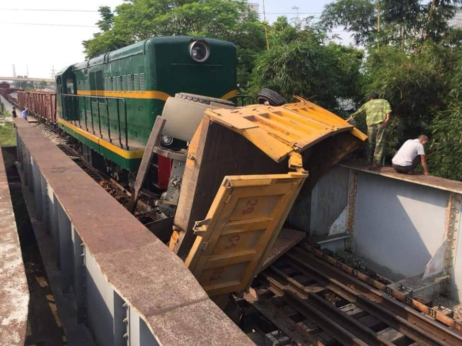 Hà Nội: Xe tải bị tàu hỏa tông đẩy xa hàng chục mét do qua đường thiếu quan sát - Ảnh 1.
