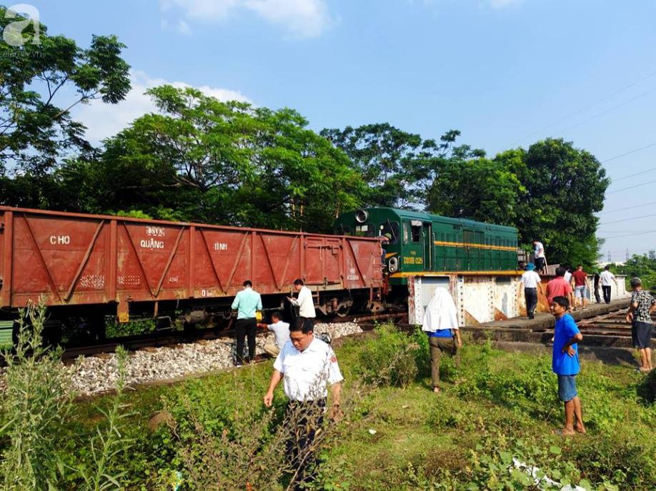Hà Nội: Xe tải bị tàu hỏa tông đẩy xa hàng chục mét do qua đường thiếu quan sát - Ảnh 6.