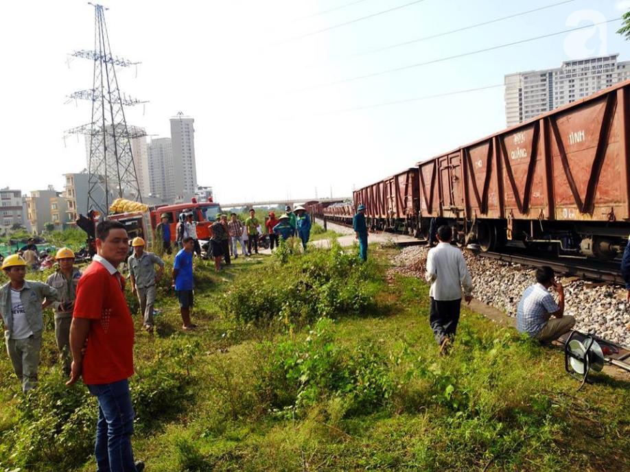 Hà Nội: Xe tải bị tàu hỏa tông đẩy xa hàng chục mét do qua đường thiếu quan sát - Ảnh 5.