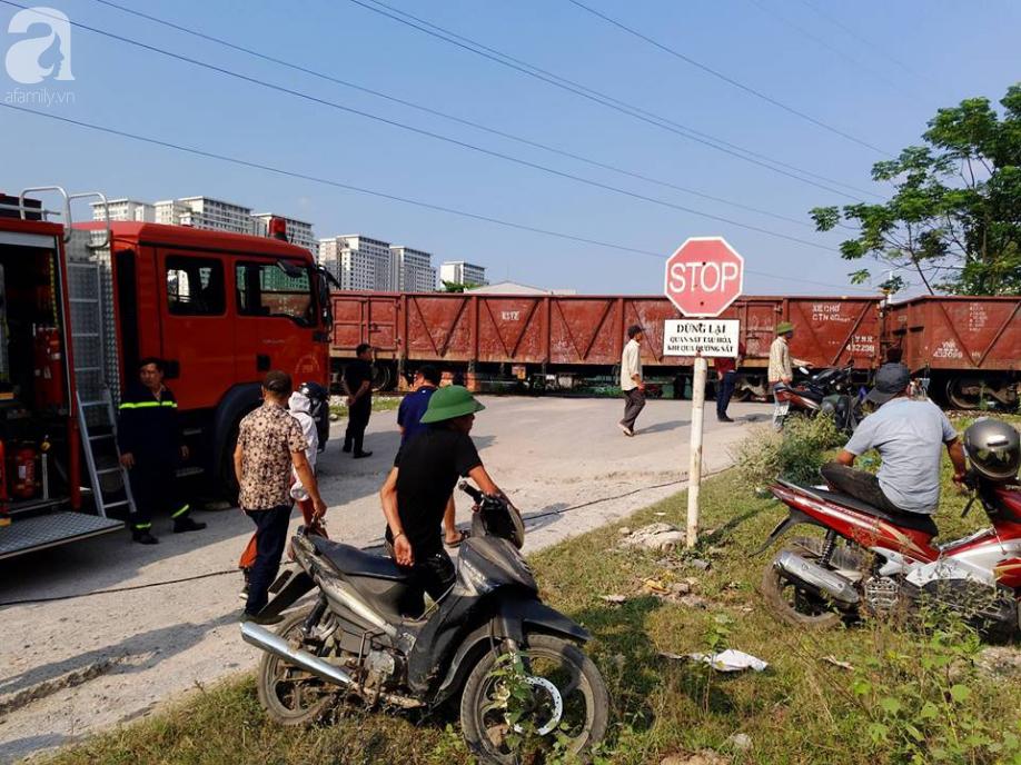 Hà Nội: Xe tải bị tàu hỏa tông đẩy xa hàng chục mét do qua đường thiếu quan sát - Ảnh 4.