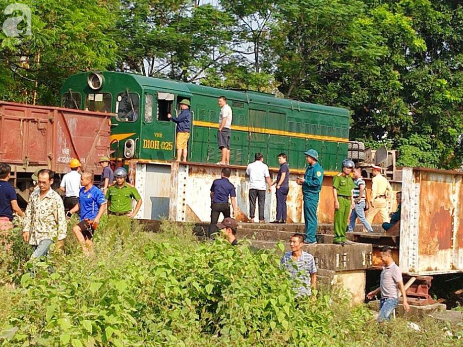 Hà Nội: Xe tải bị tàu hỏa tông đẩy xa hàng chục mét do qua đường thiếu quan sát - Ảnh 2.