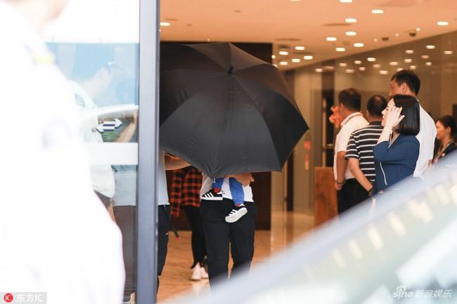Nhất quyết không để lộ mặt con, Huỳnh Hiểu Minh - Angelababy dùng ô che chắn cho quý tử  - Ảnh 1.