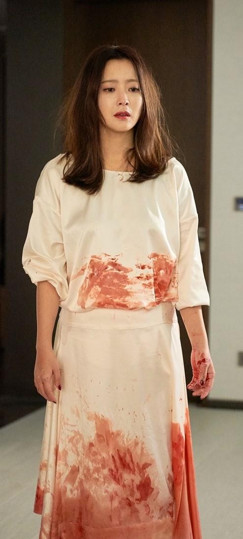 Kim Hee Sun gây sốc với vẻ ngoài xác xơ cùng bộ váy ướt đẫm máu - Ảnh 2.