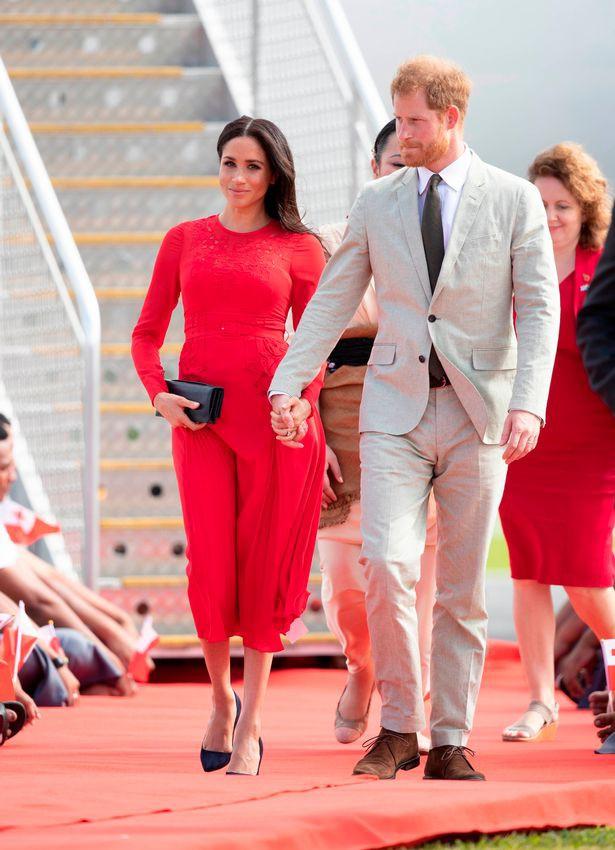 Meghan Markle được khen khi chọn váy màu đỏ thật tinh tế, nhưng đáng tiếc cô lại mắc lỗi không đáng có này  - Ảnh 1.