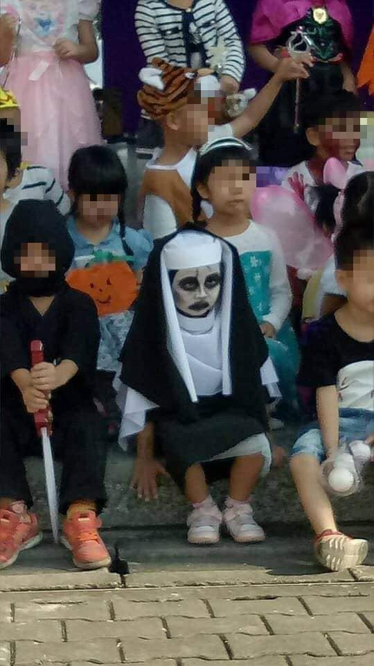 Sau cô bé Vô Diện, dân tình lại được phen cười nghiêng ngả với màn cosplay ác quỷ ma sơ của nhóc tì 4 tuổi - Ảnh 5.