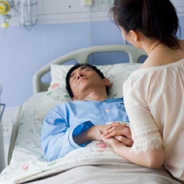 Trong lúc cùng bạn trai chiến đấu với ung thư, cô gái đã nhận được lời đề nghị không ngờ từ bạn thân của anh - Ảnh 1.