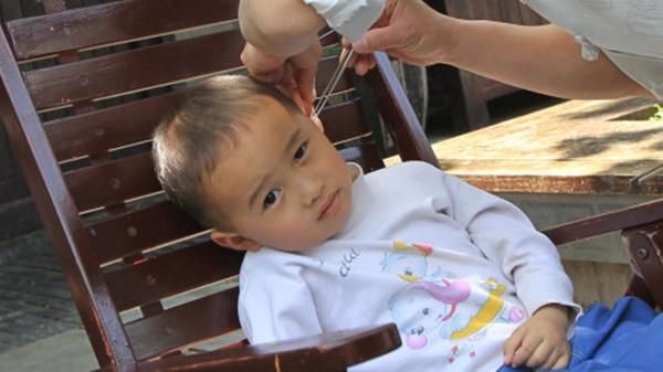 Cậu bé 3 tuổi bị điếc tai trái chỉ vì hành động rất nhiều người đang làm mỗi ngày - Ảnh 3.