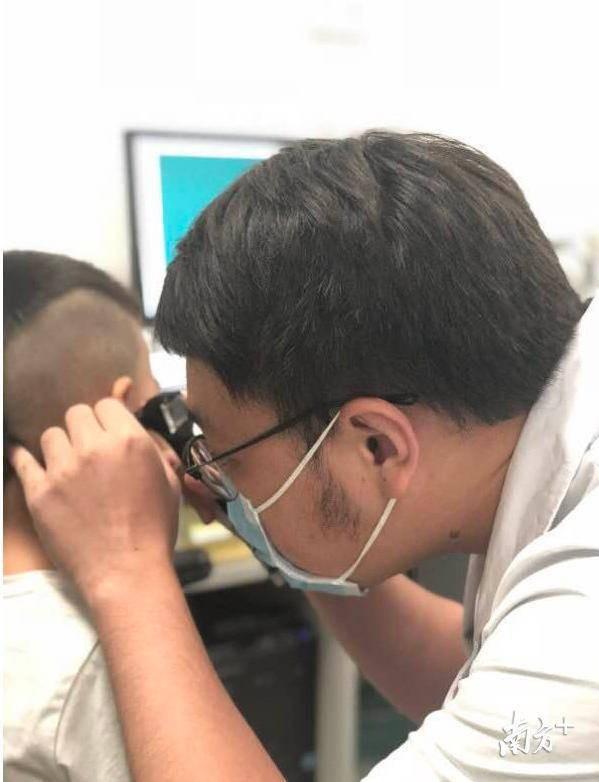 Cậu bé 3 tuổi bị điếc tai trái chỉ vì hành động rất nhiều người đang làm mỗi ngày - Ảnh 1.