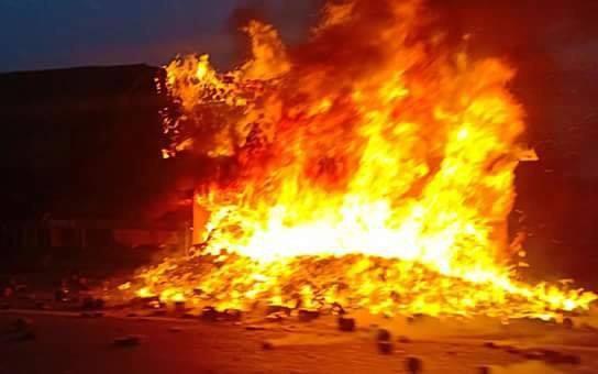 Hà Nội: Đang lưu thông trên cầu Thanh Trì, chiếc xe container bất ngờ bốc cháy dữ dội