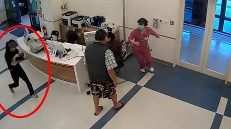Mẹ trẻ ẵm xác con gái 2 tháng tuổi trốn khỏi bệnh viện, biết lai lịch người mẹ và nguyên nhân cái chết của bé ai cũng phẫn nộ - Ảnh 2.
