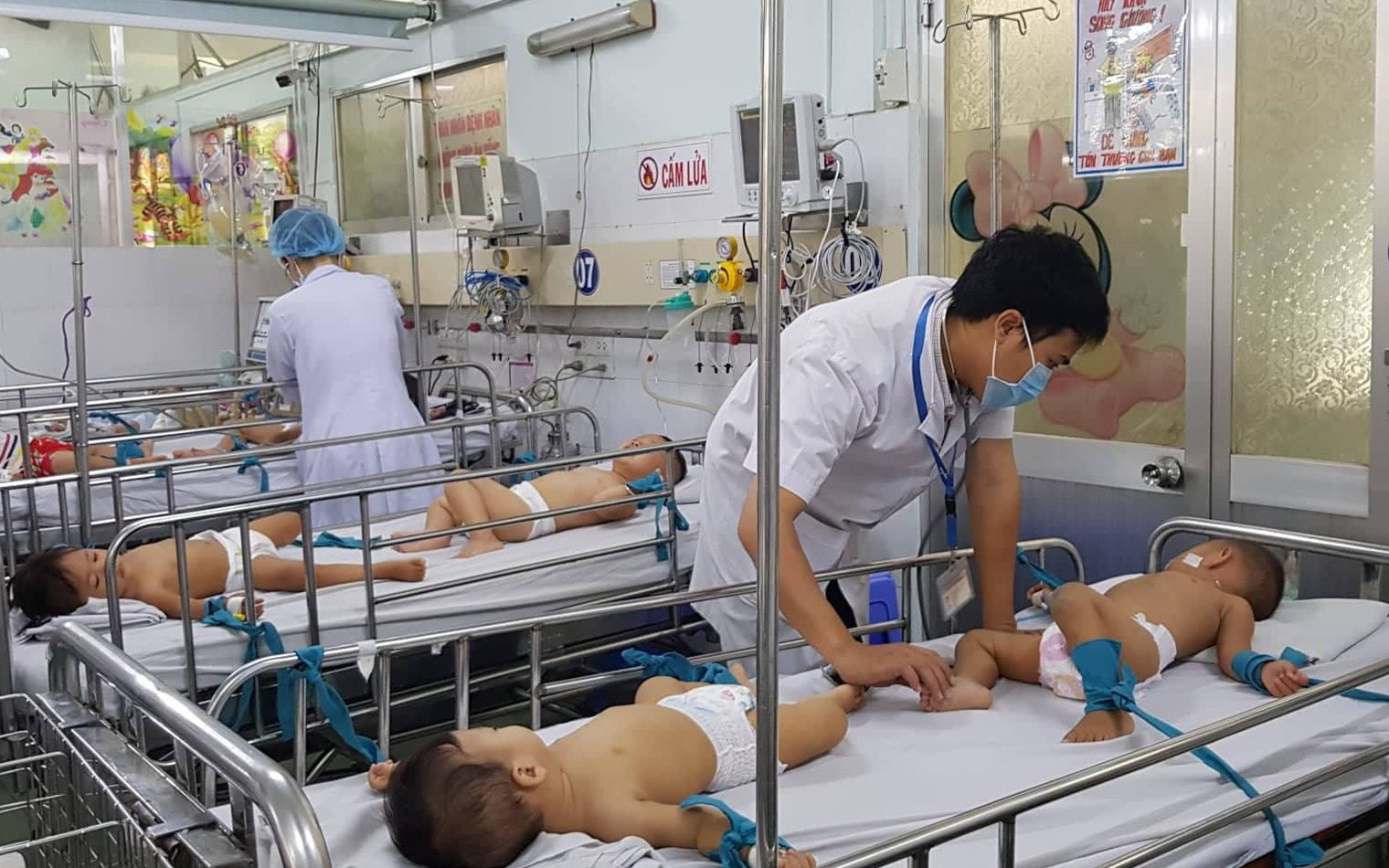 Thực hư chuyện Bệnh viện Nhi đồng 1 lấy căng tin làm phòng điều trị tay chân miệng và sởi cho trẻ vì quá tải