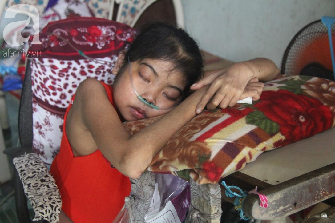 Phép màu đến với cô gái trẻ 12 năm ngủ ngồi, chỉ mong chết đi vì không muốn bố mẹ mượn nợ để em chữa bệnh - Ảnh 4.