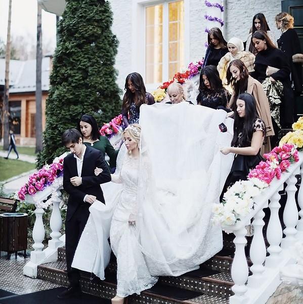 Đám cưới xa hoa bậc nhất của ông trùm dầu khí với cháu nhà tài phiệt Nga, chỉ dàn vali LV, Versace của hồi môn kéo theo đã 7 tỷ - Ảnh 4.