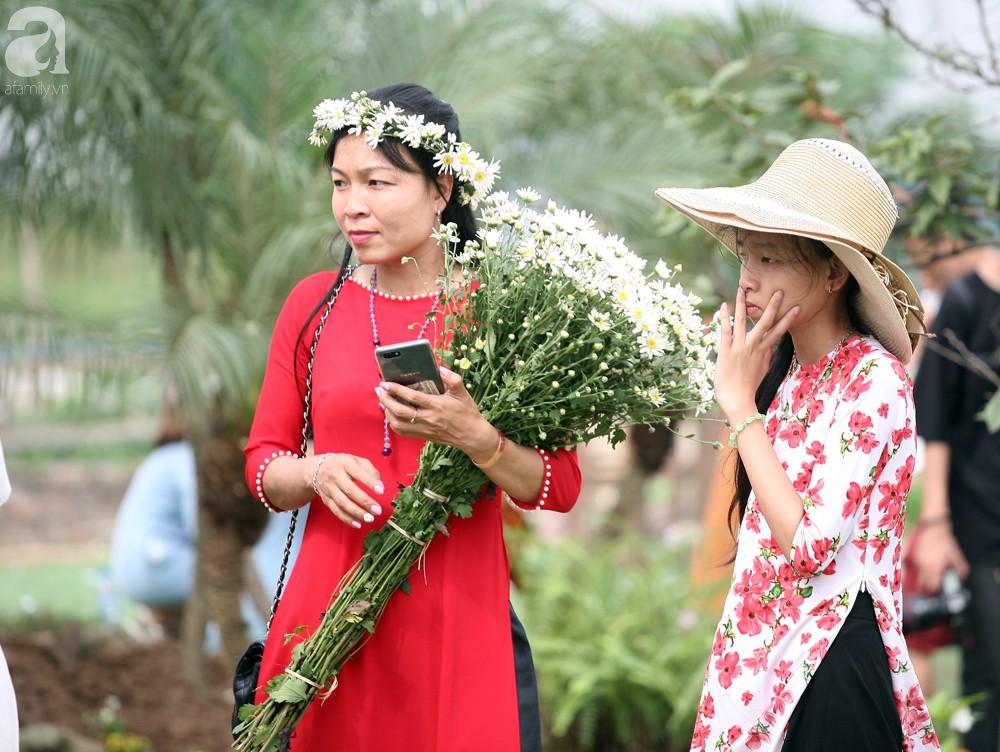 Phụ nữ, trẻ em chen nhau tạo dáng chụp ảnh kín đặc vườn cúc họa mi Nhật Tân - Ảnh 9.