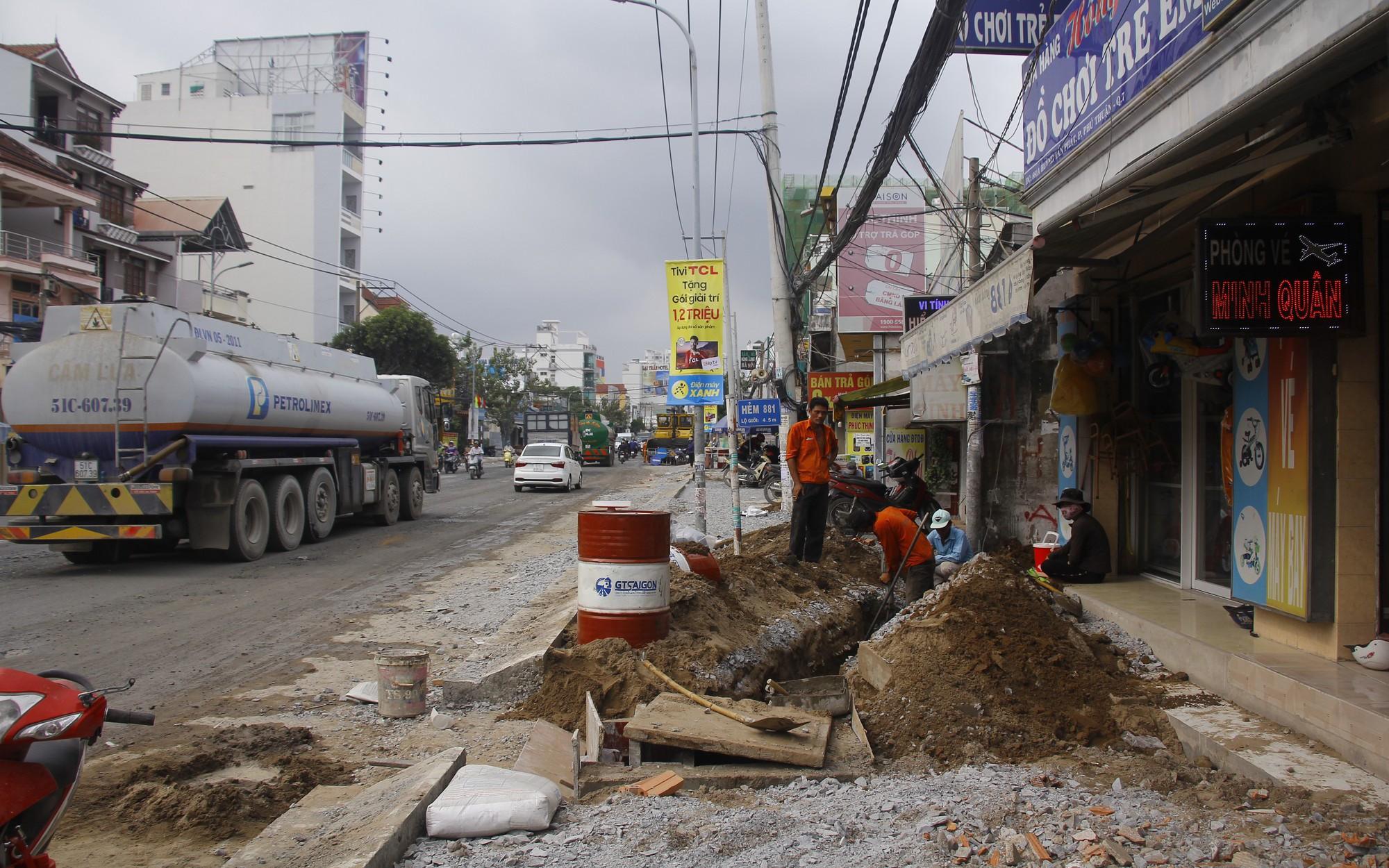 """Cận cảnh """"con đường đau khổ"""", đầy ổ gà, ổ voi khiến dân Sài Gòn ám ảnh"""