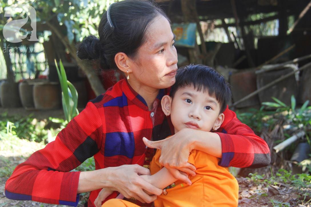 Bố bỏ từ trong bụng mẹ, bé gái 5 tuổi bại não sống cùng người mẹ tật nguyền cầu xin một lần được chữa bệnh - Ảnh 3.