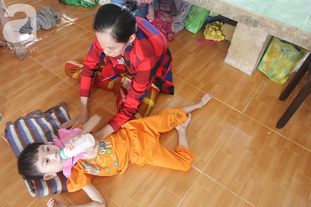 Bố bỏ từ trong bụng mẹ, bé gái 5 tuổi bại não sống cùng người mẹ tật nguyền cầu xin một lần được chữa bệnh - Ảnh 9.