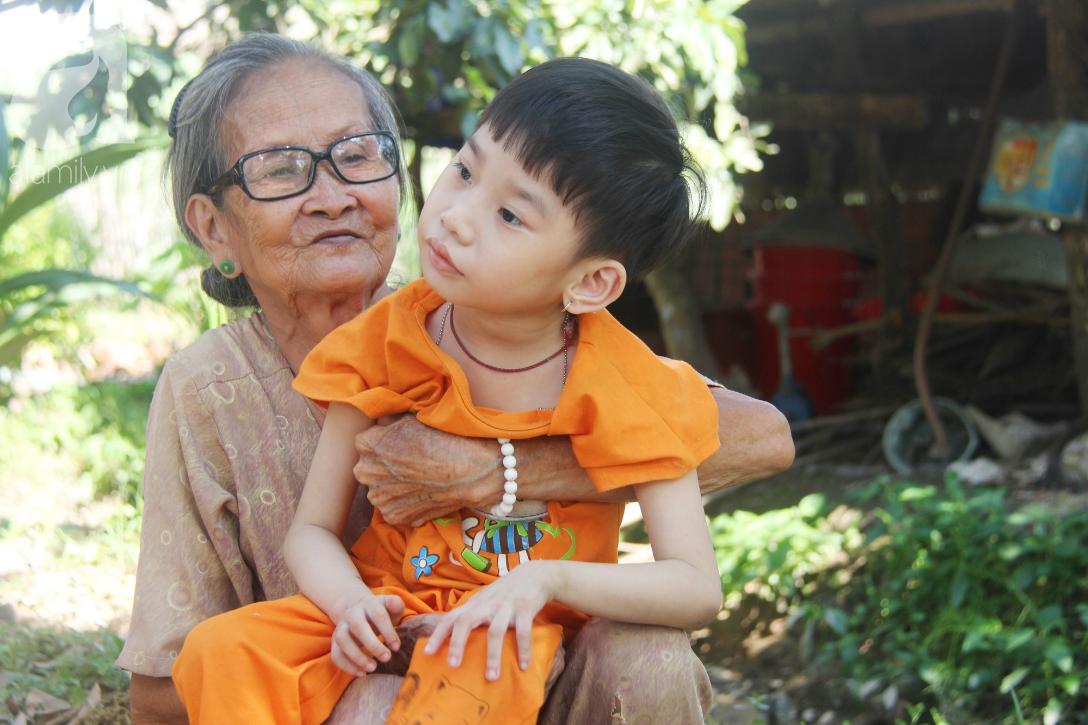 Bố bỏ từ trong bụng mẹ, bé gái 5 tuổi bại não sống cùng người mẹ tật nguyền cầu xin một lần được chữa bệnh - Ảnh 10.