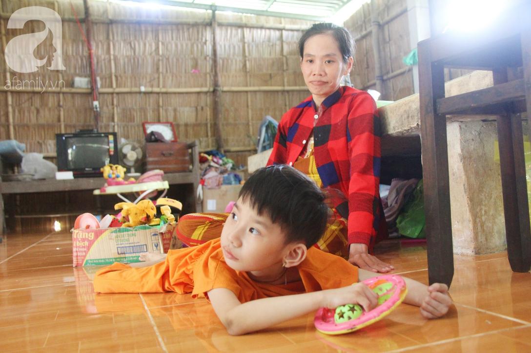 Bố bỏ từ trong bụng mẹ, bé gái 5 tuổi bại não sống cùng người mẹ tật nguyền cầu xin một lần được chữa bệnh - Ảnh 12.