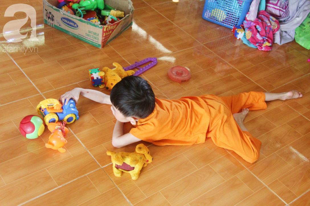 Bố bỏ từ trong bụng mẹ, bé gái 5 tuổi bại não sống cùng người mẹ tật nguyền cầu xin một lần được chữa bệnh - Ảnh 2.