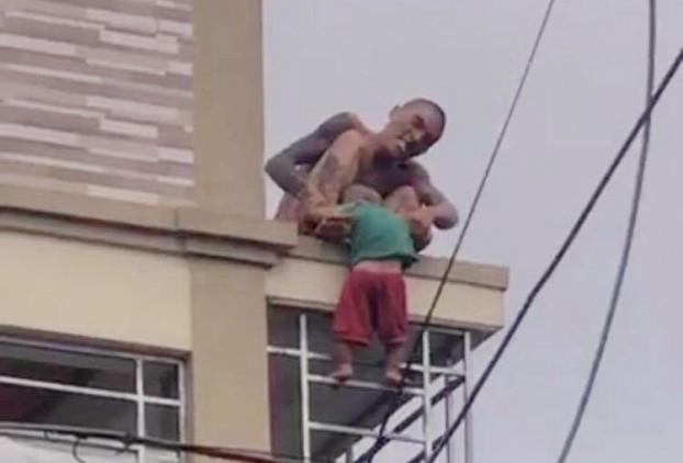 Bé trai 1 tuổi bị ném từ mái nhà xuống: Hung thủ là bố ruột, nguyên nhân do mâu thuẫn vợ chồng - Ảnh 1.