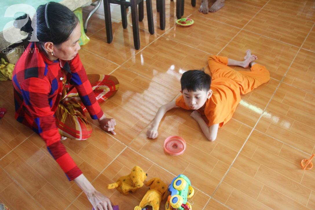 Bị bố bỏ rơi, phép màu đã đến với bé gái 5 tuổi bại não sống cùng người mẹ tật nguyền - Ảnh 1.