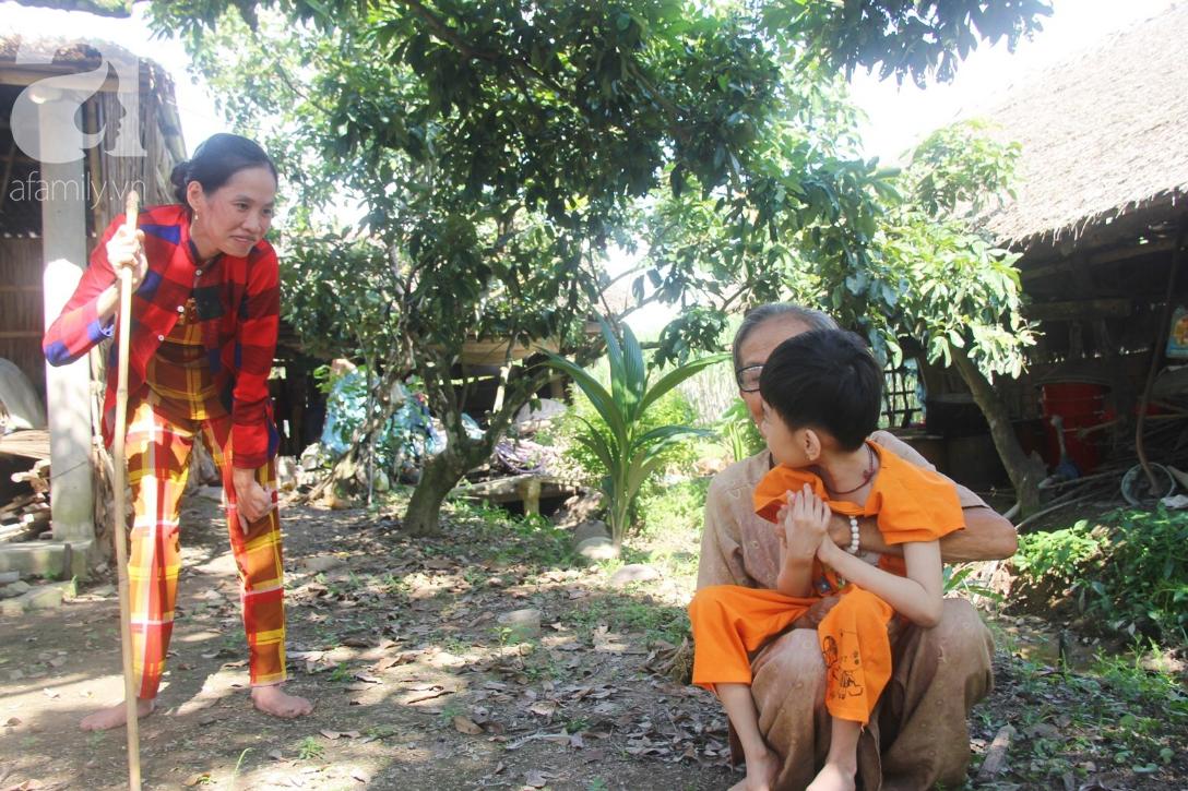 Bị bố bỏ rơi, phép màu đã đến với bé gái 5 tuổi bại não sống cùng người mẹ tật nguyền - Ảnh 4.