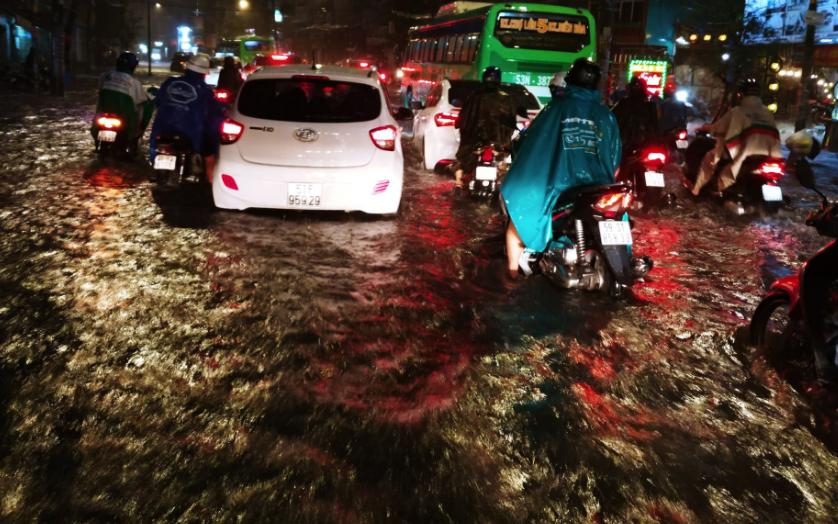 TP.HCM: Ngập siêu khủng khiếp sau bão số 9, người dân trong nhà khốn khổ tát nước, người đi đường bỏ xe lội bộ