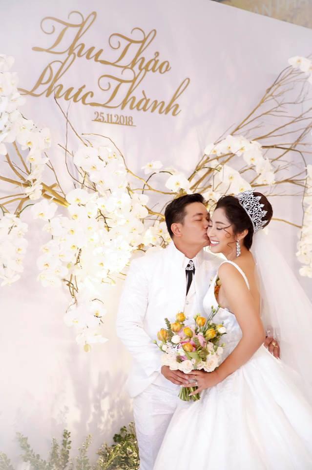 Ông xã đại gia trẻ tuổi của Hoa hậu Đại dương Đặng Thu Thảo ôm vợ không rời trong tiệc cưới - Ảnh 1.