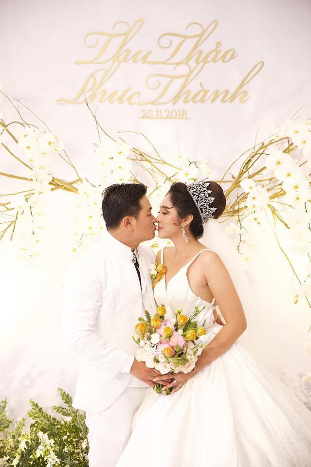 Ông xã đại gia trẻ tuổi của Hoa hậu Đại dương Đặng Thu Thảo ôm vợ không rời trong tiệc cưới - Ảnh 3.