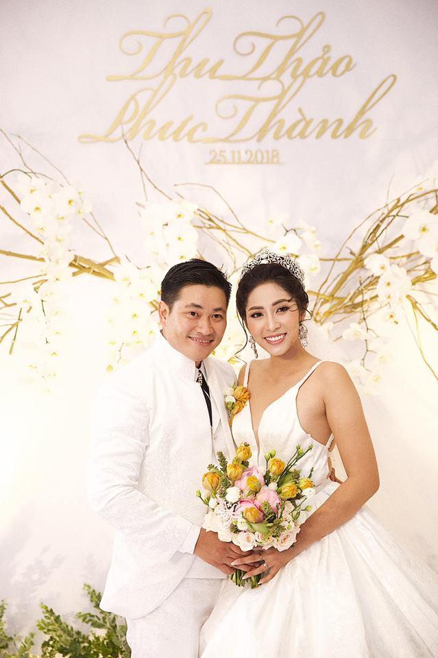 Ông xã đại gia trẻ tuổi của Hoa hậu Đại dương Đặng Thu Thảo ôm vợ không rời trong tiệc cưới - Ảnh 2.