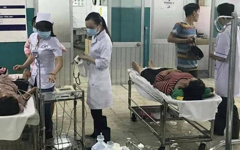 Hình ảnh cảm động trong bão: Bệnh viện thành sông, điều dưỡng và bác sĩ Sài Gòn lội nước cứu chữa bệnh nhân