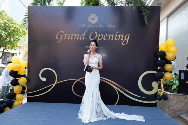 Dương Thùy Linh đẹp lộng lẫy làm MC khai trương Sunflower Spa – Clinic - Ảnh 1.