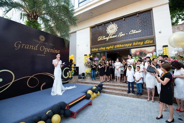 Dương Thùy Linh đẹp lộng lẫy làm MC khai trương Sunflower Spa – Clinic - Ảnh 2.