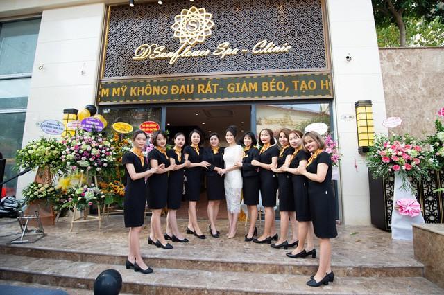 Dương Thùy Linh đẹp lộng lẫy làm MC khai trương Sunflower Spa – Clinic - Ảnh 5.