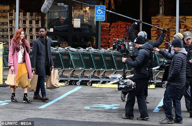 Tung tăng nhảy múa trên phố, Anne Hathaway lộ hàng vì bị gió thổi tốc váy - Ảnh 8.