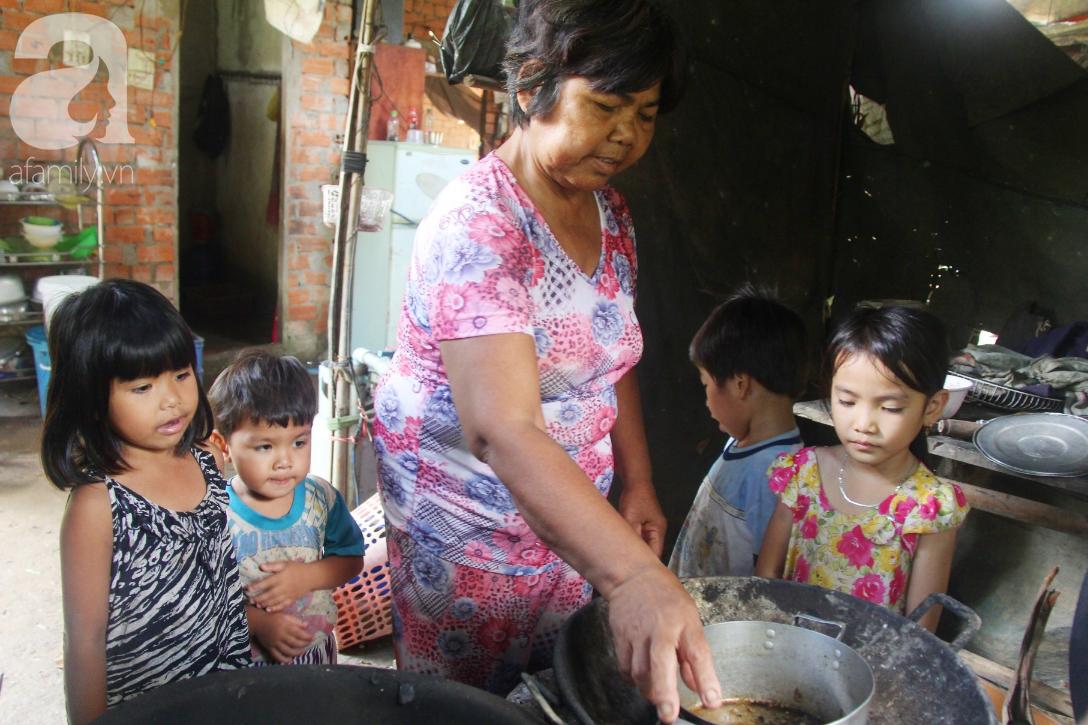 Bà đi lượm ve chai nuôi 11 đứa cháu cả nội cả ngoại bị bố mẹ bỏ rơi, đau ốm mà không có tiền chữa - Ảnh 7.