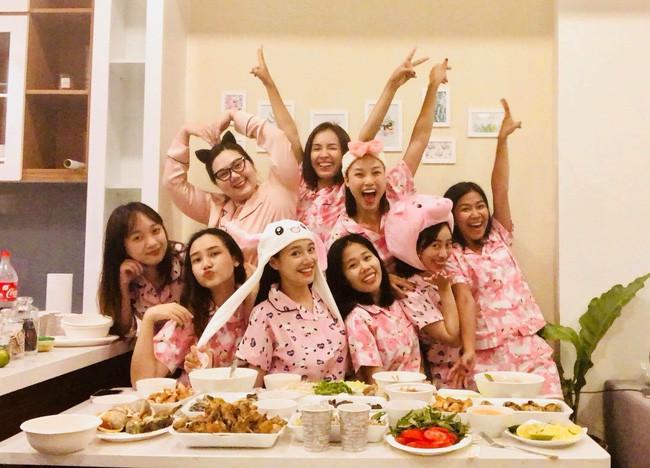 Trang phục tiệc tùng của sao Việt bây giờ là diện đồ ngủ đáng yêu hết nấc thế này! - Ảnh 4.