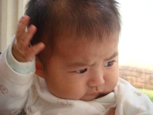Con gái 1 tuổi thích sờ vào đầu, mẹ cho rằng hành động ấy quá đỗi dễ thương, nhưng sau khi kiểm tra đã bật khóc vì hối hận - Ảnh 1.