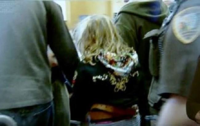 Đang bế thì làm rơi em nhỏ 6 tháng tuổi xuống đất, bé gái 10 tuổi hành động khiến người lớn rùng mình, bị xét xử như người lớn - Ảnh 2.