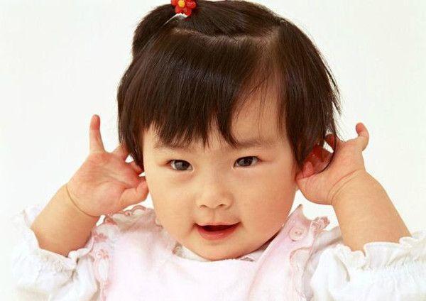 Con gái 1 tuổi thích sờ vào đầu, mẹ cho rằng hành động ấy quá đỗi dễ thương, nhưng sau khi kiểm tra đã bật khóc vì hối hận - Ảnh 2.