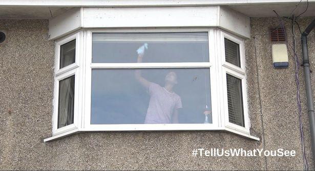 Bức ảnh người phụ nữ lau cửa sổ tưởng chừng rất bình thường nhưng được cảnh sát chia sẻ với lời cảnh báo nghiêm trọng - Ảnh 1.