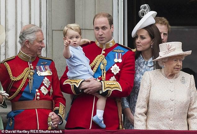 Trước tin đồn Công nương Kate ngăn cấm các con gần gũi Thái tử Charles, William đã lên tiếng giải thích như thế này đây - Ảnh 1.