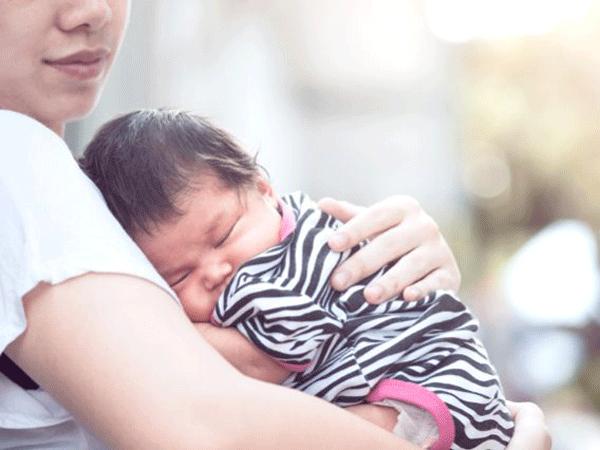 Lợi ích bí mật khi có một đứa trẻ bám mẹ mà bà mẹ nào cũng nên tận hưởng - Ảnh 2.