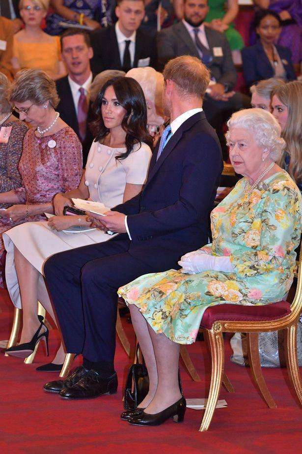 Những khoảnh khắc kém duyên, thiếu tinh tế bị ném đá của thành viên Hoàng gia Anh cho thấy làm Hoàng tử, Công chúa còn khổ hơn cả thường dân - Ảnh 9.