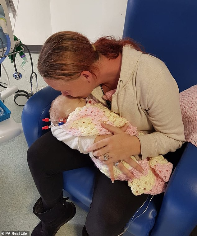 Lại thêm 1 bà mẹ đau đớn mất con mới 14 ngày tuổi vì nụ hôn của người lớn - Ảnh 1.