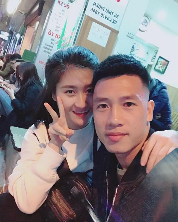 Lộ diện bạn gái cầu thủ Huy Hùng, người mở tỉ số cho Việt Nam hôm nay và câu chuyện tình 3 năm đẹp như - Ảnh 2.