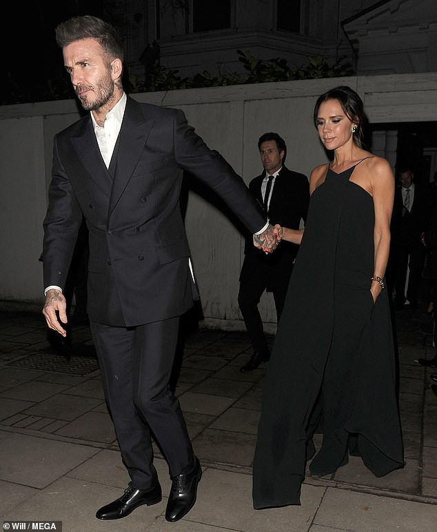 Victoria khiến fan hoang mang khi xóa sạch hình xăm bày tỏ tình yêu với David Beckham trên lưng  - Ảnh 2.