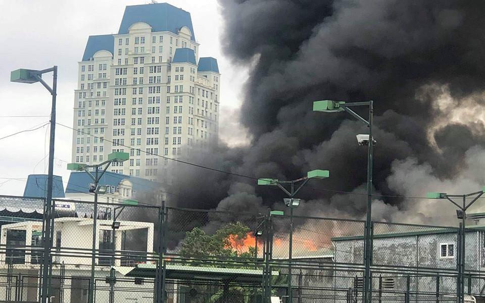 Hà Nội: Cháy lớn gần trụ sở VFF đúng lúc vẫn đang có nhiều người hâm mộ xếp hàng chờ lấy vé trận chung kết
