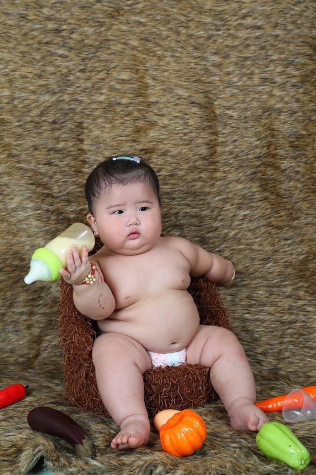 Mới 11 tháng tuổi, bé gái ú na ú nần đã nặng 14kg khiến các mẹ không thể tin vào mắt mình - Ảnh 5.